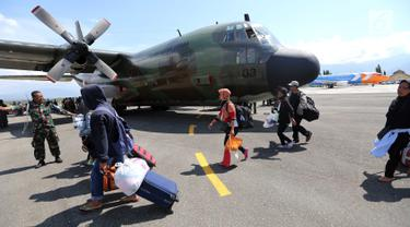 Warga Palu bersiap masuk ke pesawat Hercules TNI AU tujuan Makasar-Malang di Bandara Mutiara Sis Al-Jufri Palu, Sabtu (6/10). Ribuan warga Palu dan Donggala meninggalkan wilayah mereka yang terdampak gempa bumi dan tsunami. (Liputan6.com/Fery Pradolo)