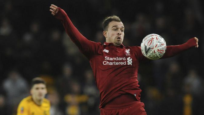 Gelandang Liverpool, Xherdan Shaqiri, mengontrol bola saat melawan Wolverhampton Wanderers pada laga Piala FA di Stadion Molineux, Senin (7/1). Liverpool takluk 1-2 dari Wolverhampton Wanderers. (AP/Rui Vieira)