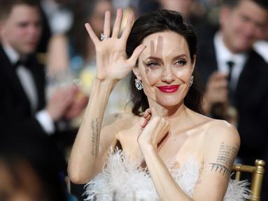 Angelina Jolie menghadiri acara Critics Choice Awards 2018 di Santa Monica, California, Kamis (11/1). Angelina Jolie sukses menjadi salah satu yang paling mencuri perhatian dengan penampilan yang berbeda dari biasanya. (Christopher Polk/Getty Images/AFP)