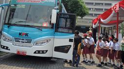 Sejumlah siswa SD antre menaiki Bus KPK di Balai Kota Semarang, Jawa Tengah, Sabtu (13/10). Roadshow Bus KPK memberi pengertian kepada anak-anak tentang antikorupsi dengan berbagai kegiatan. (Liputan6.com/Gholib)