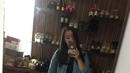 Lebby Wilayati kerap mengunggah potret dirinya di instagram seperti foto mirror selfie. Ia juga kerap berpenampilan santai seperti menggunakan dress hitam yang dipadukan dengan jaket jeans.(Liputan6.com/IG/@lebbywilayati)
