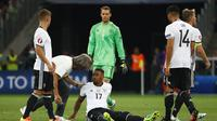 Jerome Boateng (tengah) mendapat perawatan saat membela Jerman kontra Prancis, pada laga semifinal Piala Eropa 2016, di Stade Velodrome, Marseille (7/7/2016). Boateng terbang ke Amerika Serikat, bergabung dengan armada Bayern Munchen.  (Reuters/Michael Da