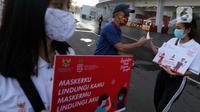 """Warga mendapatkan masker saat kampanye Gerakan Masker Nasional """"Jangan Kendor, Disiplin Pakai Masker"""" di Gelora Bung Karno, Jakarta (30/8/2020). Pembagian masker dan kampanye ini dilakukan mengantisipasi penyebaran lebih luas lagi virus covid-19. (Liputan6.com/Johan Tallo)"""