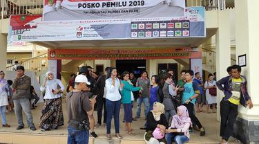Warga mendatangi KPU Pekanbaru karena tidak bisa mencoblos dengan alasan kekurangan surat suara.