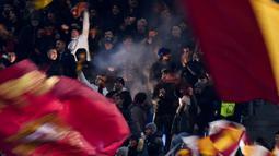 Para suporter memberikan dukungan saat AS Roma melawan Wolfsberg pada laga Liga Europa di Stadion Olimpico, Roma, Rabu (12/12). Kedua klub bermain imbang 2-2. (AFP/Filippo Monteforte)