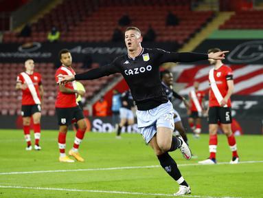 Pemain Aston Villa Ross Barkley melakukan selebrasi usai mencetak gol ke gawang Southampton pada pertandingan Liga Inggris di Stadion St. Mary, Southampton, Inggris, Sabtu (30/1/2021). Aston Villa menang 1-0. (Michael Steele/Pool via AP)