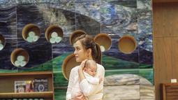 Pemulihan pasca hamil Shandy Aulia ini pun terbilang sangat menakjubkan. Dua hari usai melahirkan caesar, ia pun sudah bisa berjalan dan tampil dalan konferensi pers. Ia pun juga tampil cantik dalam penampilan perdananya tersebut. (Liputan6.com/IG/@shandyaulia)
