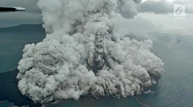 Aktivitas Gunung Anak Krakatau dari udara yang terus mengalami erupsi, Minggu (23/12). Tsunami yang menerjang wilayah Selat Sunda, Pandeglang, Serang, dan Lampung Selatan merusak ratusan bangunan dan kapal. (Liputan6.com/Pool/Susi Air)