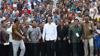 Presiden Joko Widodo didampingi Menteri Kelautan dan Perikanan Susi Pudjiastuti berfoto bersama perwakilan nelayan di Istana Negara, Jakarta, Selasa (8/5). (Liputan6.com/Angga Yuniar)
