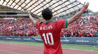 Striker timnas Indonesia, Ezra Walian, menyapa suporter usai laga melawan Kamboja di Stadion Shah Alam, Selangor, Kamis, (24/8/2017). Indonesia menang 2-0 atas Kamboja. (Bola.com/Vitalis Yogi Trisna)