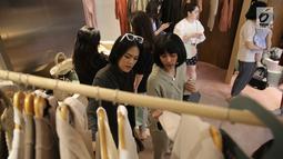 Pengunjung melihat koleksi terbaru pada pembukaan flagship store pertama DUMA Official di Jakarta, Sabtu (28/7). Di flagship store ini para pecinta fashion dapat menemukan sederet koleksi busana dengan ciri khas rancangan Duma (Liputan6.com/Faizal Fanani)