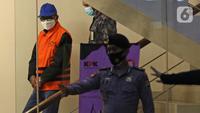 Gubernur Sulawesi Selatan Nurdin Abdullah mengenakan rompi tahanan usai pemeriksaan di gedung KPK, Jakarta, Minggu (28/2/2021) dini hari. KPK menetapkan Nurdin Abdullah sebagai tersangka kasus dugaan suap proyek infrastruktur di lingkungan Pemprov Sulawesi Selatan. (Liputan6.com/Herman Zakharia)