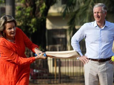 Aksi Ratu Belgia Mathilde saat bermain kriket disaksikan Raja Philippe di Oval Maidan di Mumbai, India, Jumat, (10/11). Ratu Belgia Mathilde dan Raja Philippe melakukan kunjungan tujuh hari ke India. (AP Photo / Rajanish Kakade)