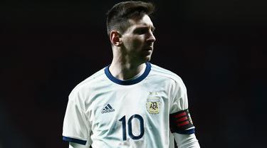Gelandang Argentina, Lionel Messi, tampak kecewa usai dikalahkan Venezuela pada laga persahabatan di Stadion Wanda Metropolitano, Madrid, Jumat (22/3). Argentina kalah 1-3 dari Venezuela. (AFP/Benjamin Cremel)
