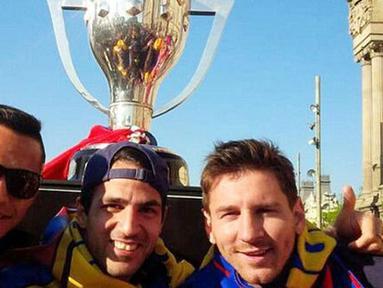 Lionel Messi, Jordi Alba, dan Alexis Sancez berfoto dengan latar belakang trofi La Liga.