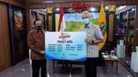 Emtek Peduli Corona, Ketua Umum YPP Imam Sudjarwo menyerahkan bantuan APD ke Gubernur Jawa Tengah Ganjar Pranowo, Selasa (7/7/2020)