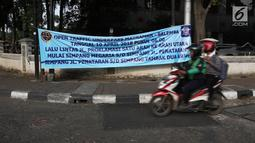 Spanduk sosialiasi dipasang untuk pemberitahuan rekayasa lalu lintas di Jalan Proklamasi, Jakarta, Senin (16/4). Rekayasa lalu lintas ini juga diberlakukan dengan adanya penyesuaian traffic light di Simpang Megaria, Cikini. (Liputan6.com/Arya Manggala)