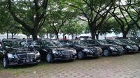 Deretan mobil mewah untuk Raja Salman ada di Parkir Timur Senayan, Jakarta, seperti  Mercedes-Benz E 200, S-Class, dan Toyota Alphard. (Herdi/Liputan6.com)