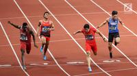 Sprinter Indonesia, Lalu Muhammad Zohri (kedua kiri) saat lari nomor 100 meter putra pada final atletik Asian Games 2018 di Stadion Utama GBK, Jakarta (26/8). Medali emas diraih pelari China, Bing Tian Su waktu 9,92 detik.  (Liputan6.com/Fery Pradolo)
