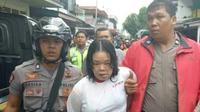Seorang perempuan Pontianak digelandang polisi setelah diduga membunuh dan memutilasi ibu kandung. (dok. Polda Kalbar/Raden AMP)