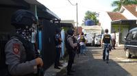 Penggeledahan Rumah Terduga Teroris Tasikmalaya  (Liputan6.com/Jayadi Supriadin)