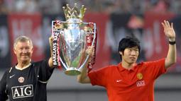 Bersama Manchester United, Park Ji-sung meraih Empat gelar Premier League, satu trofi Liga Champions, tiga gelar Piala Liga Inggris, empat gelar FA Community Shield, dan satu gelar Kejuaraan Dunia Antar klub.(AFP/Jung Yeon-Je)