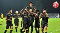 Para pemain Kelantan FC merayakan kemenangan 2-1 atas tuan rumah Projek FAM-MSN. (dok. Instagram/TRW Kelantan FC)