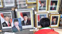 Harga foto resmi kenegaraan Presiden Joko Widodo atau Jokowi dan Wakil Presiden Jusuf Kalla mulai Rp 150 ribu hingga Rp 250 ribu sepasang di Pasar Baru, Jakarta, Sabtu (25/10/2014). (Liputan6.com/Miftahul Hayat)