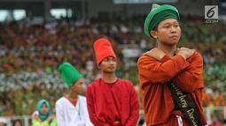 Penampilan penari sufi saat memeriahkan Harlah ke-73 Muslimat NU di SUGBK, Jakarta, Minggu (27/1). Para penari ini berasal dari Pondok Pesantren Savilil Muttaqin, Takeran, Magetan, Jawa Timur. (Liputan6.com/JohanTallo)