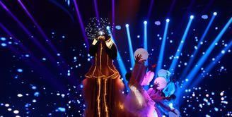 Penampilan luar biasa Melly Goeslaw dalam konser The Biggest Concert 'Ada Apa Dengan Cinta 2'. Konser disiarkan SCTV dari studio Emtek, Daan Mogot, Jakarta Barat, Kamis (31/3/2016). (Adrian Putra/Bintang.com)