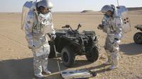 """Dua ilmuwan melakukan eksperimen """"Life on Mars"""" atau kehidupan di Marsdi gurun Dhofar, Oman selatan (Sam McNeil/AP PHOTO via VOA)"""
