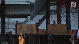 Pekerja mendirikan panggung kampanye akbar pasangan capres-cawapres nomor urut 02 Prabowo Subianto-Sandiaga Uno di Stadion Utama Gelora Bung Karno (SUGBK), Jakarta, Sabtu (6/4). Kampanye nantinya akan dimulai dengan salat subuh berjamaah hingga selesai. (merdeka.com/Imam Buhori)