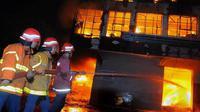 Ilustrasi petugas kebakaran memadamkan api | Via: liputan6.com