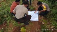 Penyidik Polres Gowa mengecek lahan yang rencananya di bangun kota idaman di daerah Pattallassang (Liputan6.com/ Eka Hakim)