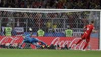Proses gol saat adu penalti yang dicetak gelandang Inggris, Eric Dier, ke gawang Kolombia pada babak 16 besar Piala Dunia di Stadion Spartak, Moskow, Selasa (3/7/2018). Inggris menang 1-1 (4-3) atas Kolombia. (AP/Matthias Schrader)