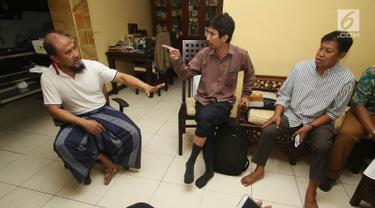 Sejumlah calon jemaah mendatangi rumah pemilik biro penyelenggara umrah PT Assyifa Mandiri Wisata, Ali Zainal Abidin, di Pondok Bambu, Jakarta, Kamis (7/9). Mereka meminta kejelasan uang yang telah diserahkan sejak 2016. (Liputan6.com/Immanuel Antonius)