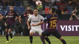Gelandang Sevilla, Pablo Sarabia, berebut bola dengan bek Barcelona, Clement Lenglet, pada laga Piala Super Spanyol di Stadion Ibn Batouta, Tangiers, Minggu (12/8/2018). Barcelona menang 2-1 atas Sevilla. (AP/Mosa'ab Elshamy)