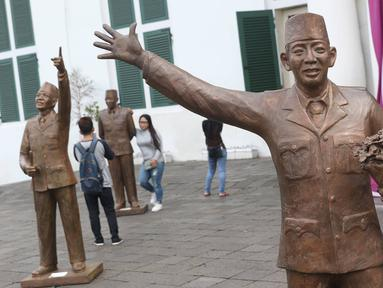 Patung Presiden pertama RI Sukarno dengan pose Monumen Selamat Datang di depan Museum Fatahillah, kawasan Kota Tua, Jakarta, Rabu (15/11). Sebanyak 10 patung Soekarno disajikan dalam rangka Jakarta Biennale 2017. (Liputan6.com/Immanuel Antonius)