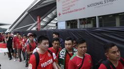 Suporter Timnas Indonesia mengantre masuk saat berada di Stadion Nasional, Singapura, Jumat (9/11). Indonesia akan melawan Singapura pada laga Piala AFF 2018. (Bola.com/M. Iqbal Ichsan)