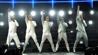 Anggota Backstreet Boys, dari kiri: AJ McLean, Nick Carter, Brian Littrell, Howie Dorough dan Kevin Richardson menghibur penonton di atas panggung Wango Tango 2017 di StubHub Center, California, (13/5). (AP/Chris Pizzello)