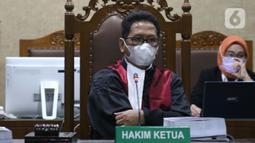 Majelis Hakim Pengadilan Tipikor Jakarta mengenakan masker saat menyimak pembacaan tuntutan terhadap Gubernur nonaktif Kepulauan Riau (Kepri) Nurdin Basirun, Rabu (18/3/2020). JPU KPK menuntut Nurdin Basirun dengan hukuman enam tahun penjara serta denda Rp250 juta. (Liputan6.com/Helmi Fithriansyah)