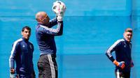 Kiper Argentina Wilfredo Caballero menangkap bola saat mengikuti sesi latihan di Bronnitsy, Rusia, (15/6). Argentina akan bertanding melawan Islandia pada grup D Piala Dunia 2018 di Spartak Stadium, Moskow.  (AP Photo / Ricardo Mazalan)