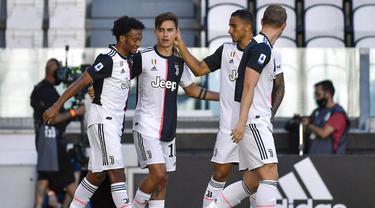 Para pemain Juventus merayakan gol yang dicetak oleh Paulo Dybala ke gawang Torino pada laga Serie A di Stadion Allianz, Turin, Sabtu (4/6/2020). Juventus menang 4-1 atas Torino. (AP/Marco Alpozzi)