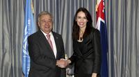 Sekeretari Jenderal PBB Antonio Guterres (kiri) berjabat tangan dengan Perdana Menteri Selandia Baru Jacinda Ardern di Auckland, Senin 13 Mei 2019 (AP/Hannah Peters)