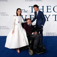 Foto pada tanggal 09 Desember 2014, aktor Inggris Felicity Jones dan Eddie Redmayne berfoto bersama ilmuwan Inggris Stephen Hawking dalam pemutaran perdana film 'The Theory of Everything' di London. (AFP Photo/Justin Tallis)