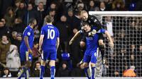 Bek Leicester City, Roberth Huth (dua dari kanan) mendapat ucapan selamat dari kiper Kasper Schmeichel usai mencetak gol ke gawang Tottenham Hotspur, pada laga lanjutan Premier League, di Stadion White Hart Lane, Kamis (14/1/2016) dini hari WIB. Leicester