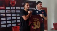 Pemain anyar PSM, Ezra Walian, dan Darije Kalezic di Makassar, Sabtu (7/9/2019). (Bola.com/Abdi Satria)