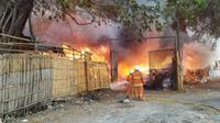 Kebakaran di rumah pengepul limbah plastik di Kampung Rawa Kompeni, Kamal, Jakarta Barat yang tidak jauh dari Bandara Soekarno-Hatta, Kota Tangerang, Banten, Kamis (19/9/2019). (Pramita Tristiawati)