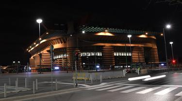Suasana sepi di luar Stadion San Siro di Milan, Italia (27/2/2020). Akibat virus COVID-19 yang sedang mewabawah, pertandingan leg kedua babak 32 besar Liga Europa UEFA antara Inter Milan melawan Ludogorets dimainkan tanpa penonton. (Xinhua/Alberto Lingria)