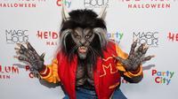 Model asal Jerman, Heidi Klum mengenakan kostum manusia serigala saat menghadiri pesta Halloween di New York, Selasa (31/10). Heidi bahkan sama sekali tak bisa dikenali lewat kostum Halloween-nya tahun ini. (Photo by Evan Agostini/Invision/AP)